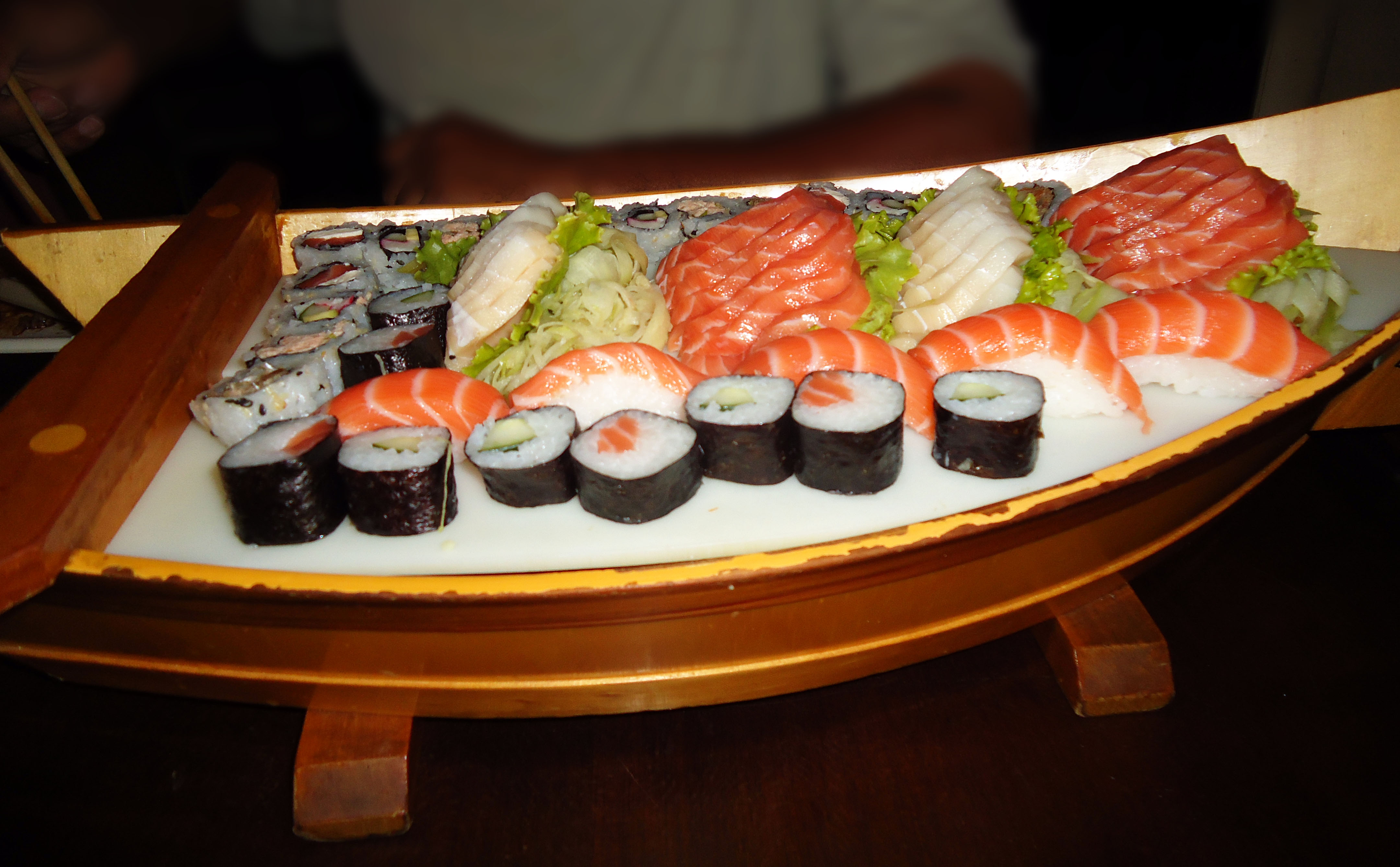 Rod zio de comida japonesa sushi shima rodando em s o for Mesa japonesa tradicional