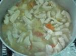 Cozinhando o frango com tomate, cebola, alho e conhaque (clique para ampliar)